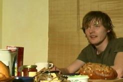 """Frühstückszene in """"Ich sterbe"""" (2004) mit Fitz van Thom"""